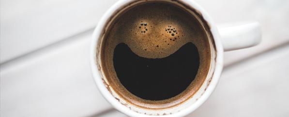 Kaffee mit lustigem Gesicht